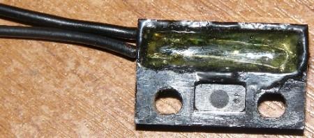 Фотография геркона, залитого эпоксидным клеем